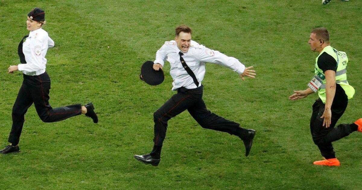 Фото «Первый канал» снял, как Pussy Riot прорвались на поле в финале ЧМ
