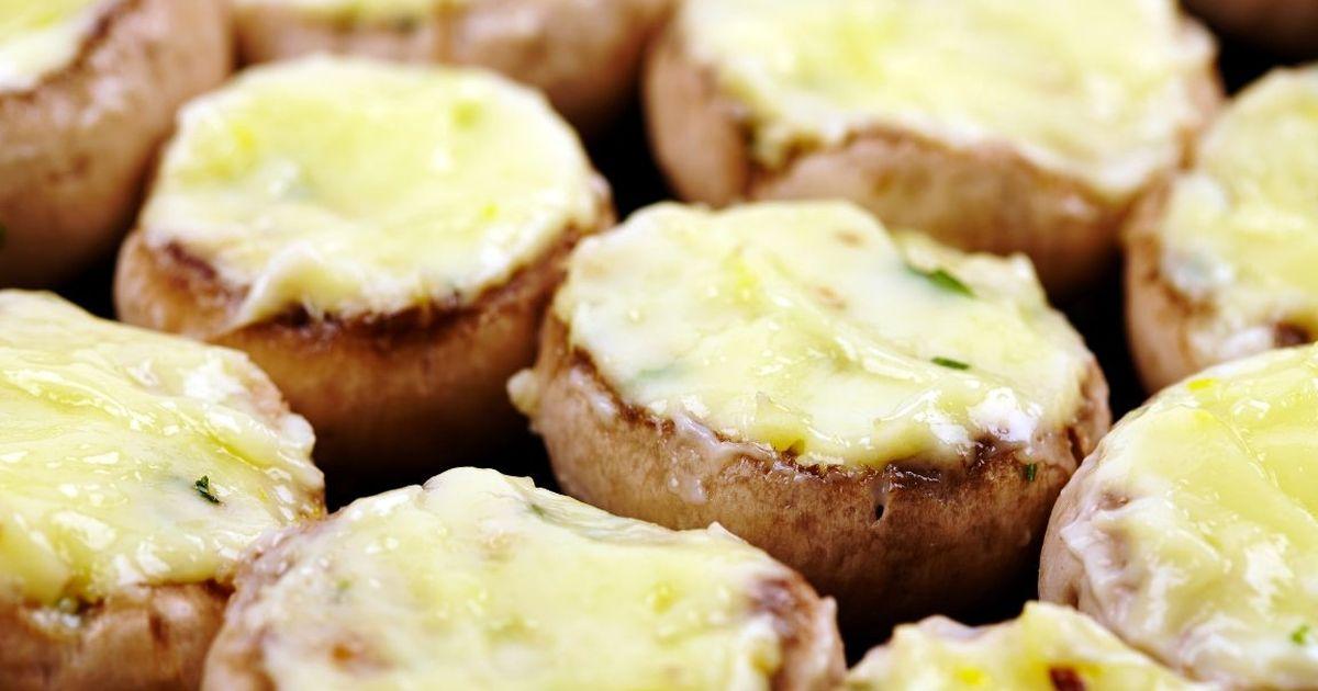 Фото Аппетитные шампиньоны с курицей и сыром