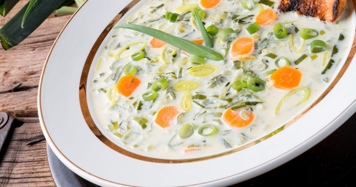 Фото Сырный суп с фаршем и луком-пореем