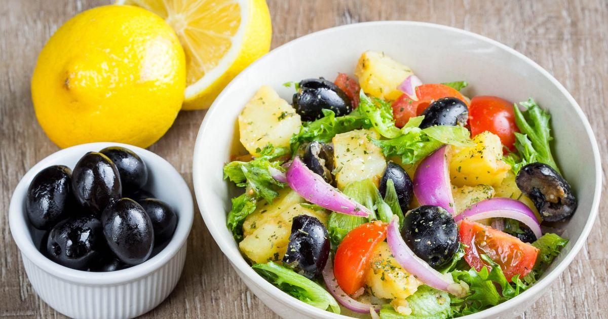 Фото Картофельный салат с маслинами и помидорами