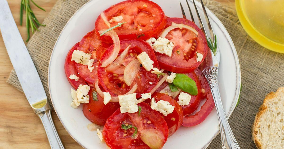 Фото Закусочные помидоры с маринованным луком и фетой