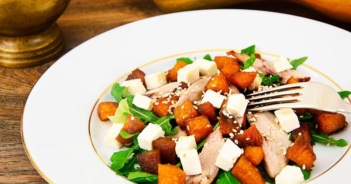 Фото Теплый салат с копченой курицей, вареной тыквой и сыром фета