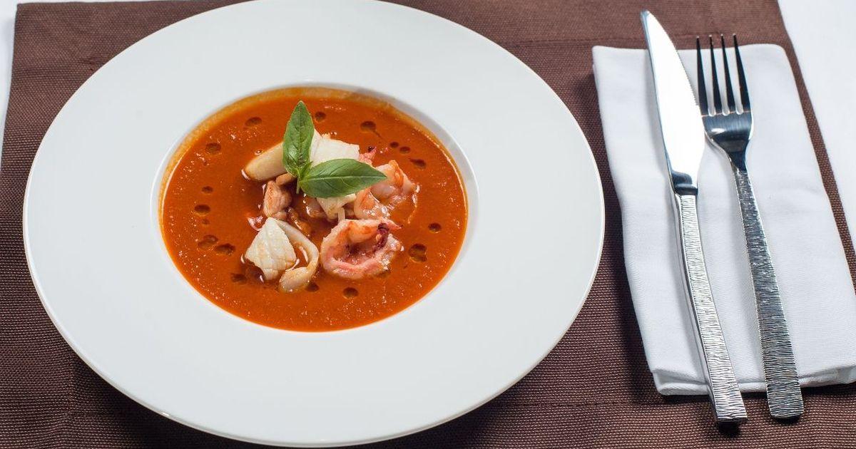 Фото Томатный суп с кальмарами и креветками