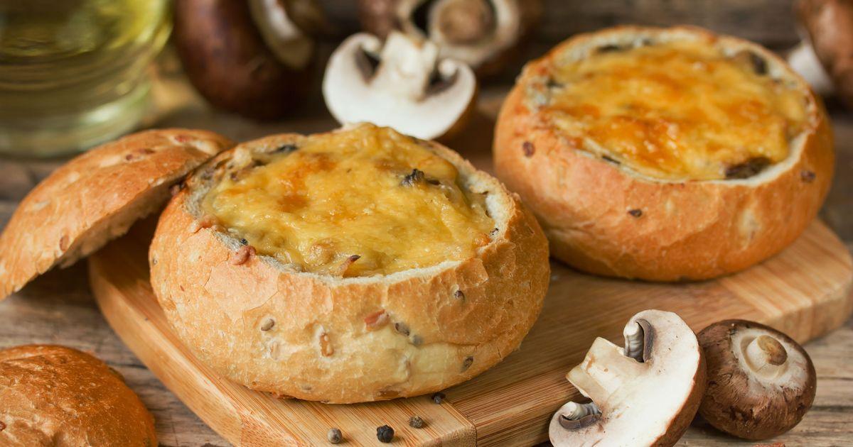 Фото Жюльен с курицей и грибами в булочках