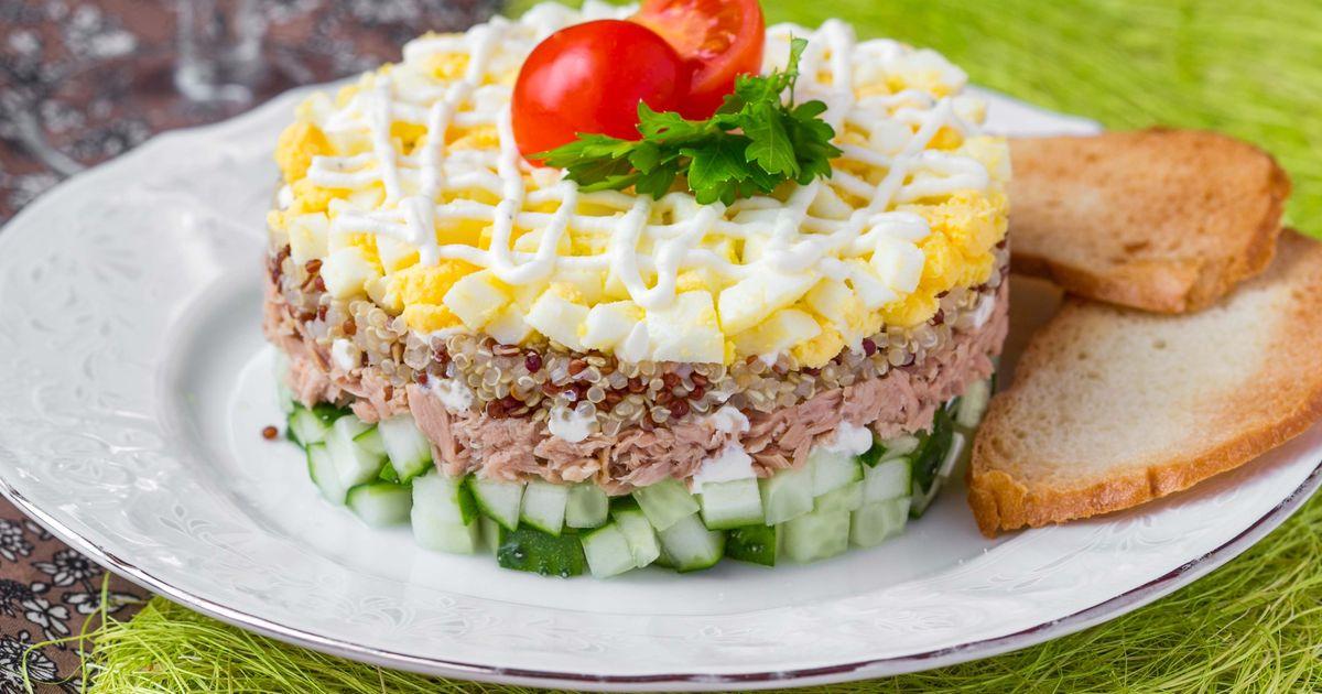 Фото Слоёный салат с киноа и консервированным тунцом