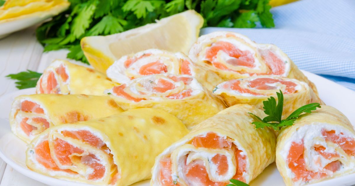 Фото Роллы из блинов с лососем и сливочным сыром