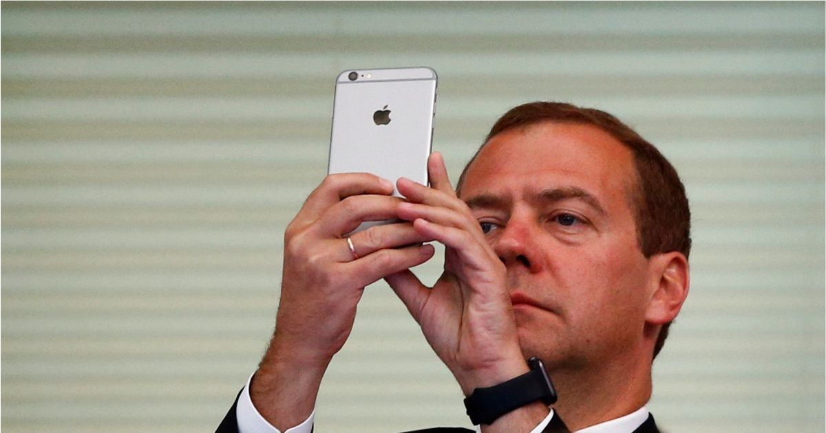 Фото Медведев ввел новые правила идентификации в мессенджерах. Как это будет?