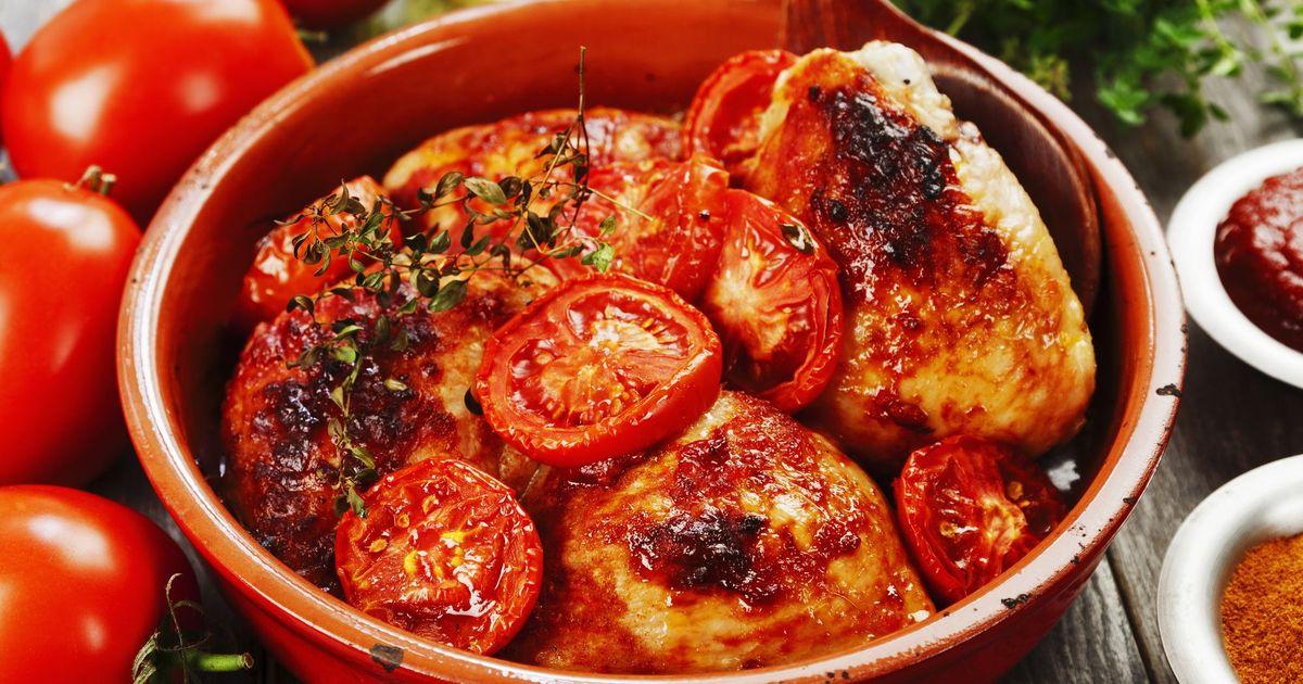 Фото Запеченные куриные бедрышки в томатном соусе
