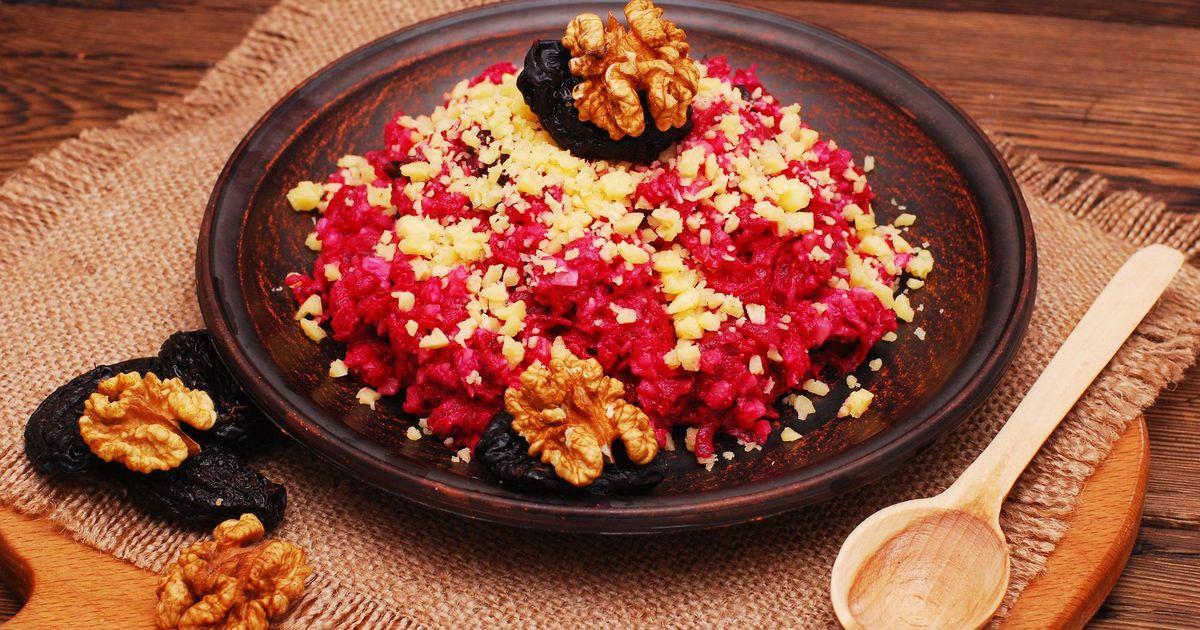 Фото Аппетитный салат с черносливом, свёклой, орехами и чесноком