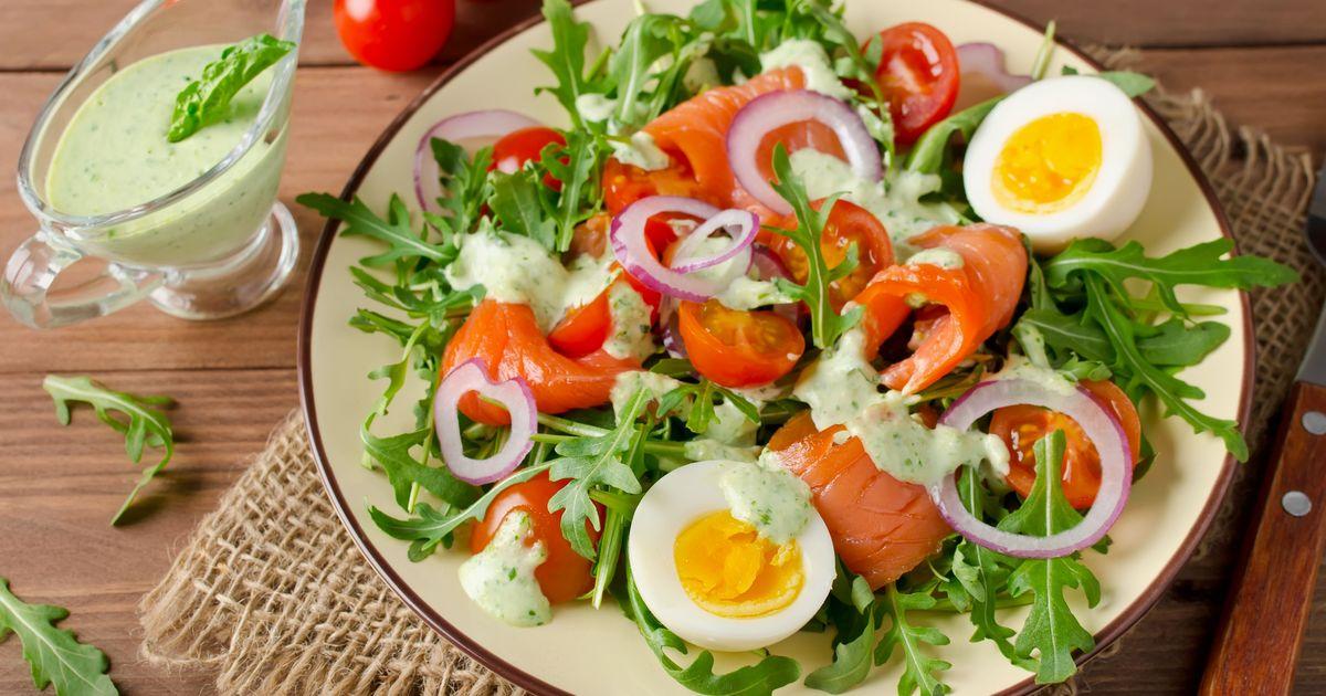 Фото Салат с лососем, рукколой и соусом из шпината
