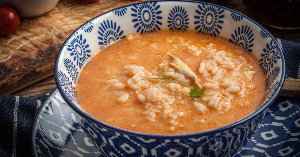 Фото Пикантный томатный суп с рисом и курицей
