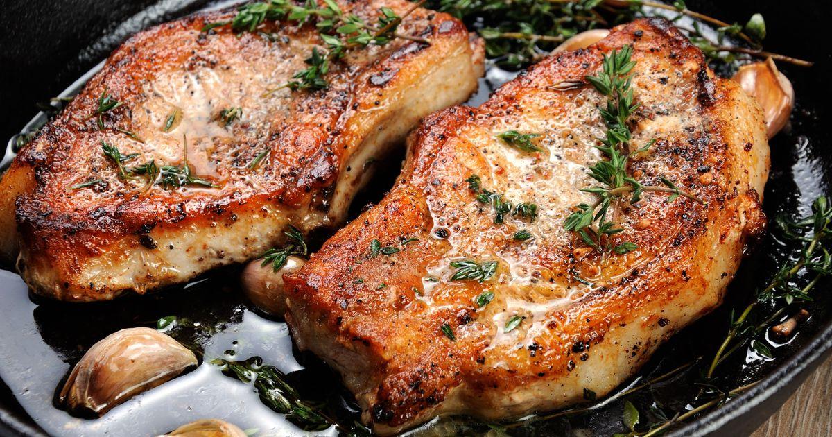 Фото Свиной стейк с травами и чесноком на сковороде