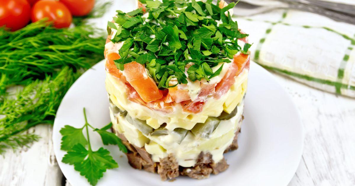 Фото Слоёный салат с говядиной, сыром и овощами
