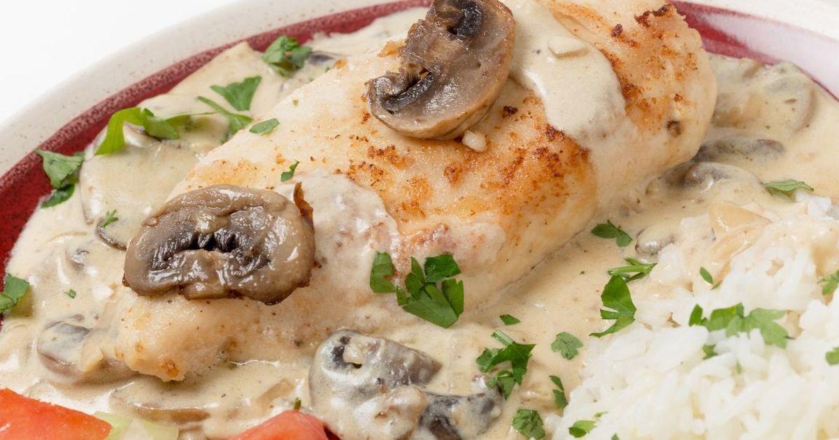 Фото Нежнейшая куриная грудка в сливочно-грибном соусе