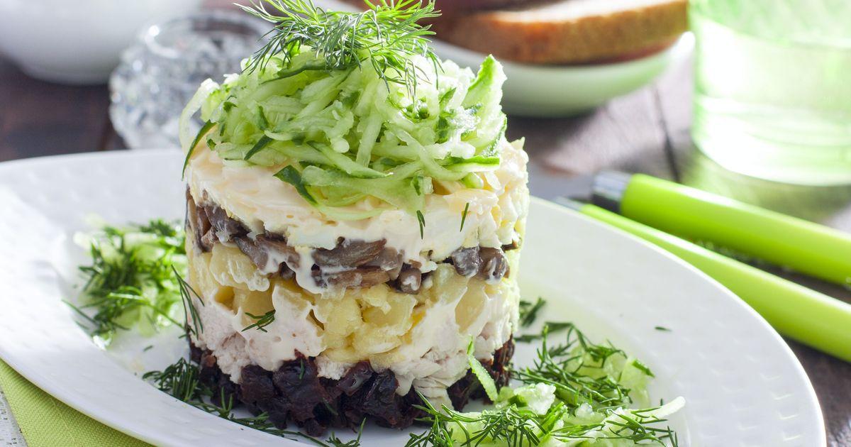 Фото Слоёный салат с черносливом, курицей и грибами
