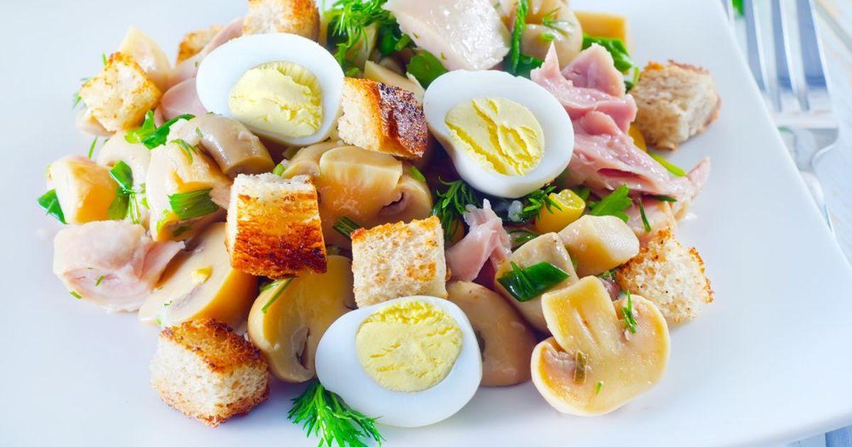 Фото Салат с копчёной курицей, грибами и гренками