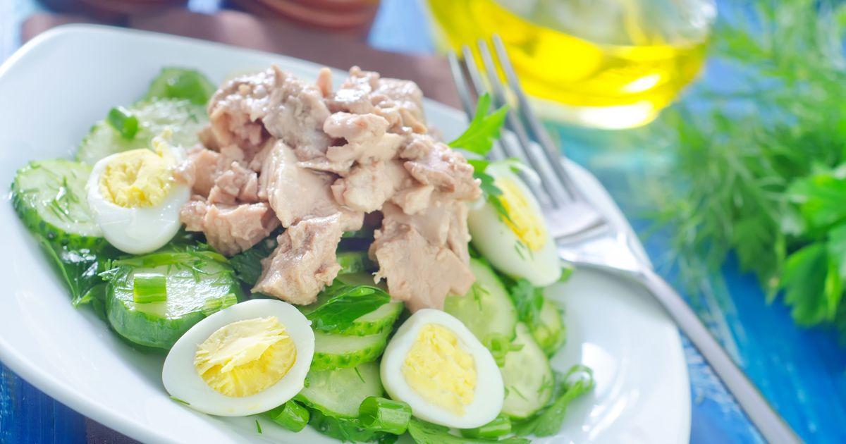 Фото Салат из печени трески с перепелиными яйцами и огурцом