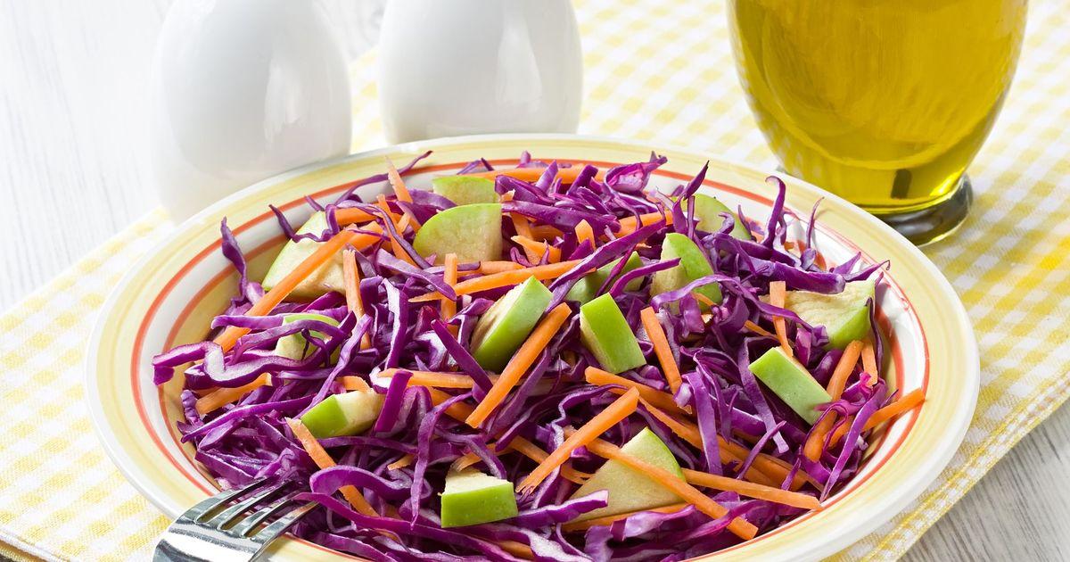 Фото Витаминный салат из красной капусты, яблок и моркови