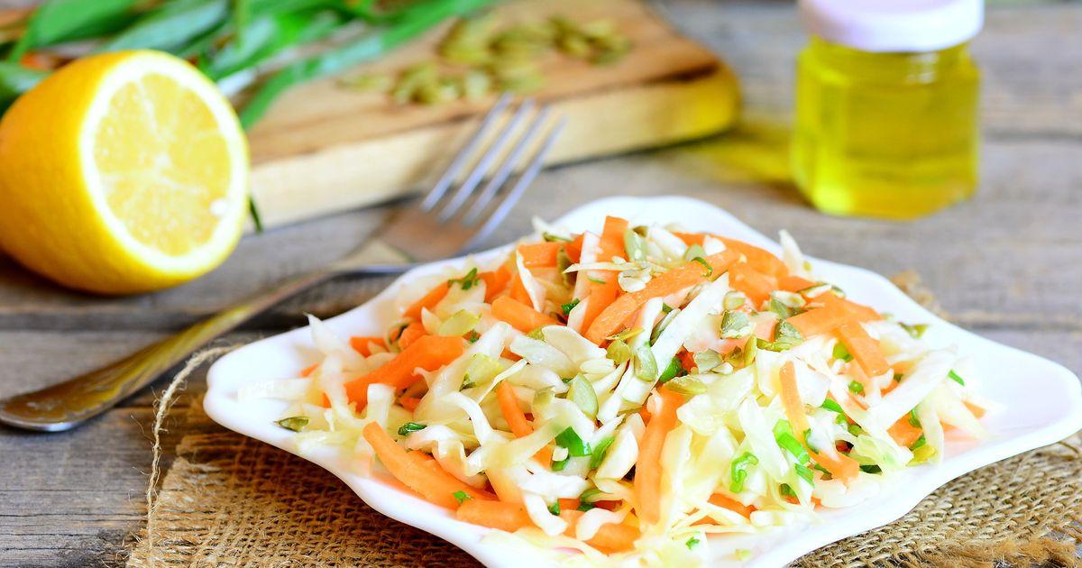 Фото Салат из капусты и моркови с тыквенными семечками