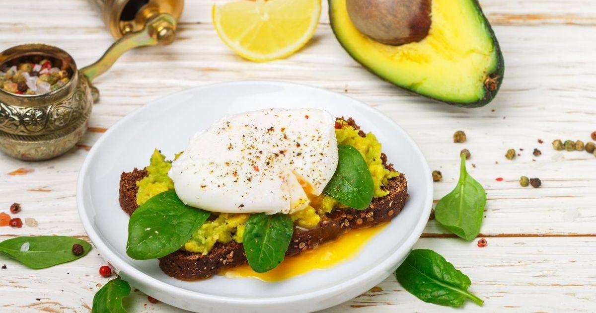 Фото Аппетитный тост с авокадо и яйцом пашот