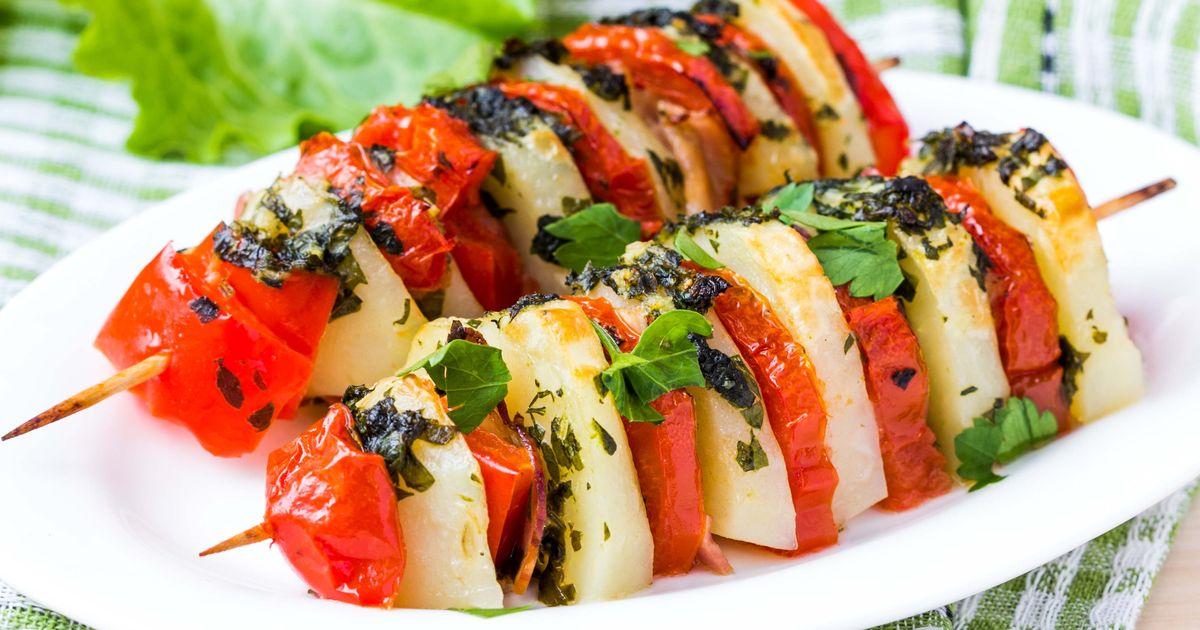 Фото Шашлык с овощами и беконом на шпажках