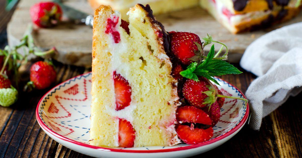 Фото Бисквитный торт с клубникой