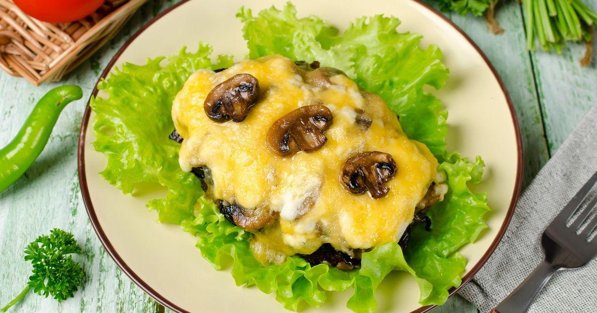 Фото Свиные отбивные с грибами и сыром
