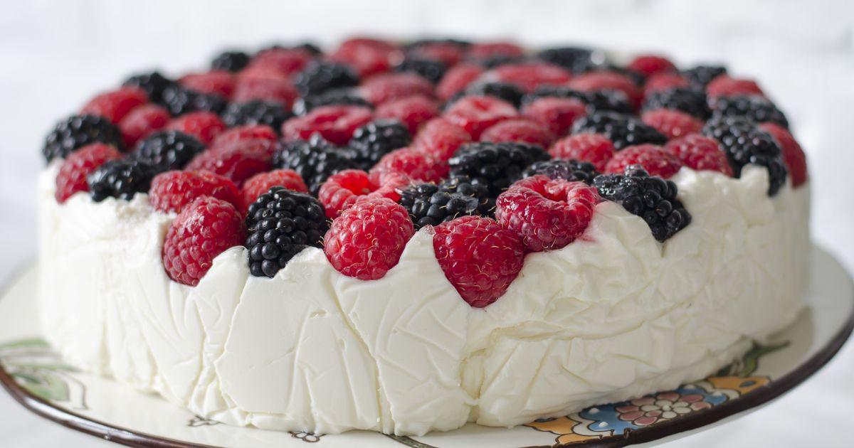 Фото Творожный торт с ягодами без выпечки