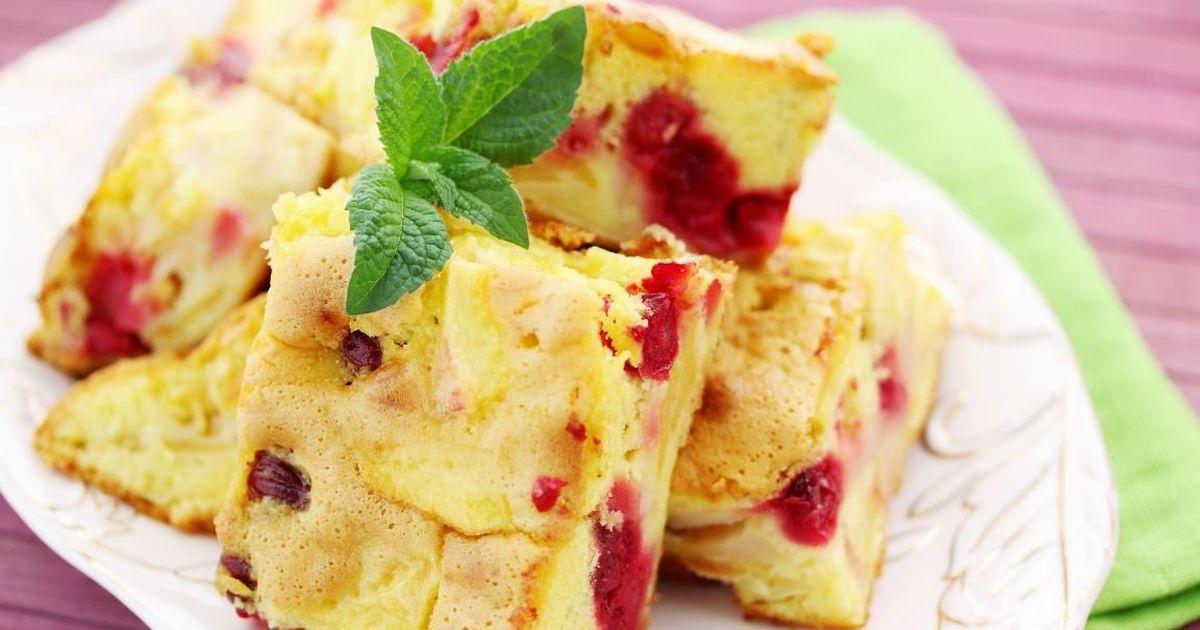 Фото Летняя шарлотка с вишней и яблоками
