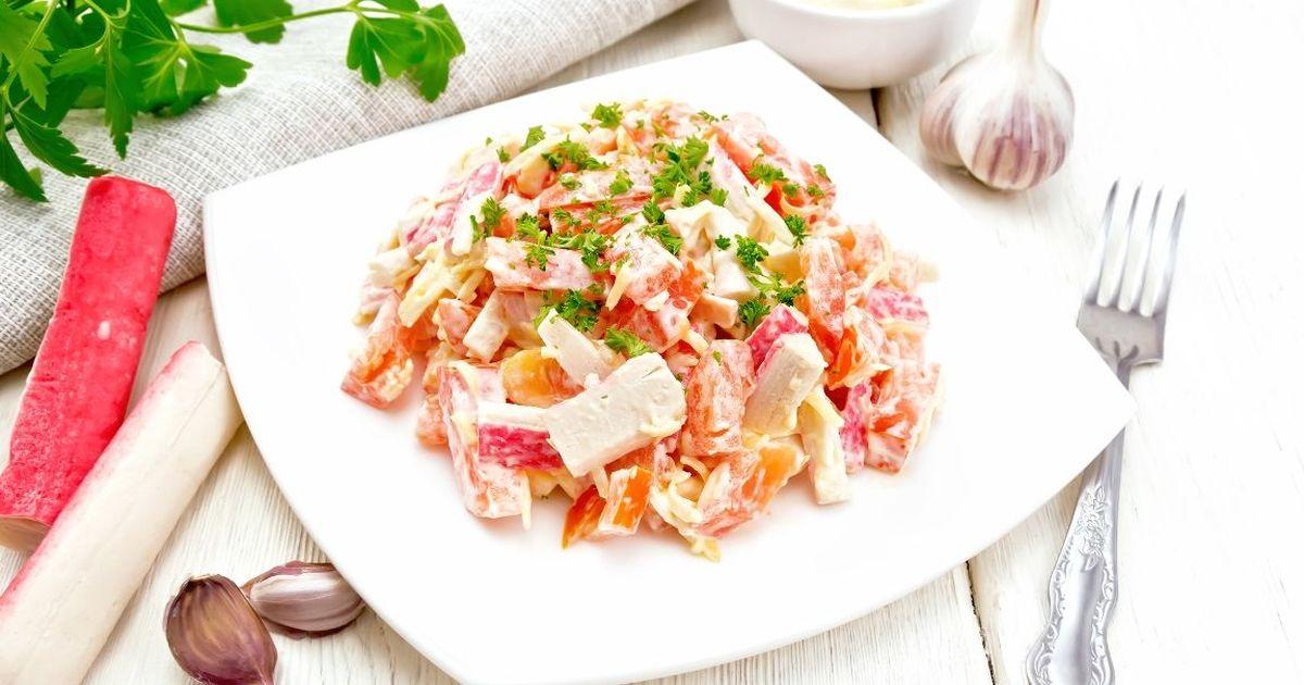 Фото Быстрый салат с крабовыми палочками