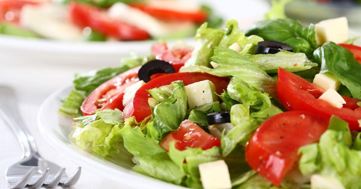 Фото Овощной салат с маслинами и сыром фета
