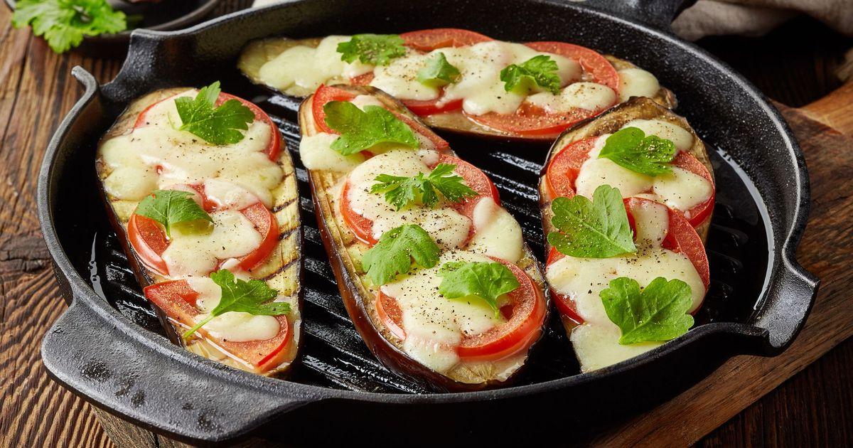 Фото Запеченные баклажаны с помидорами и сыром