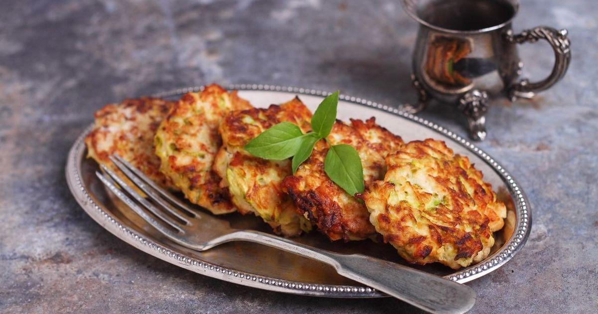 Фото Аппетитные оладьи из кабачка с куриным фаршем