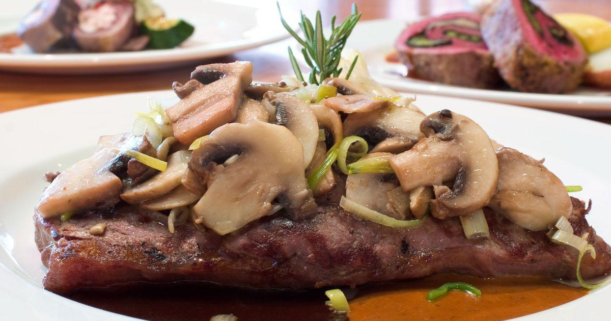 Фото Говяжий стейк со сливочно-грибным соусом