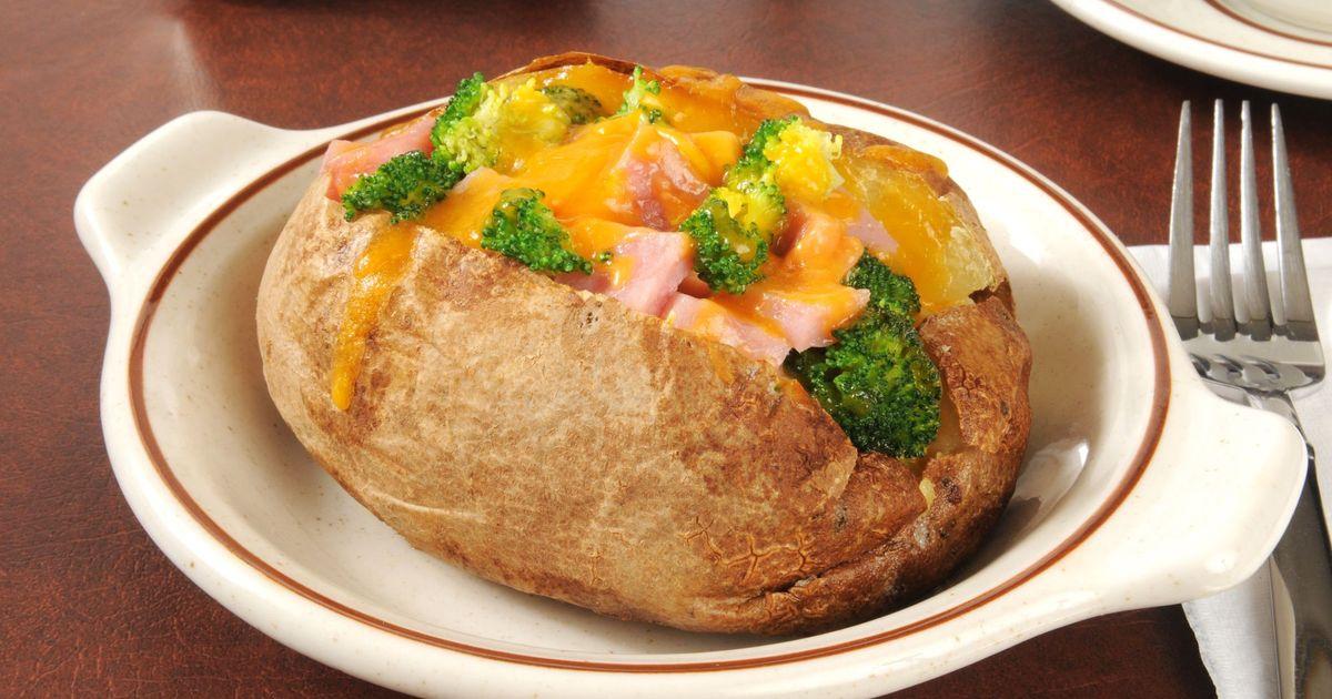 Фото Запеченный картофель фаршированный ветчиной, брокколи и сыром