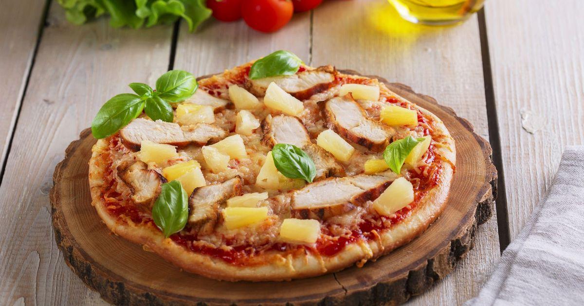 Фото Пицца с курицей и ананасом