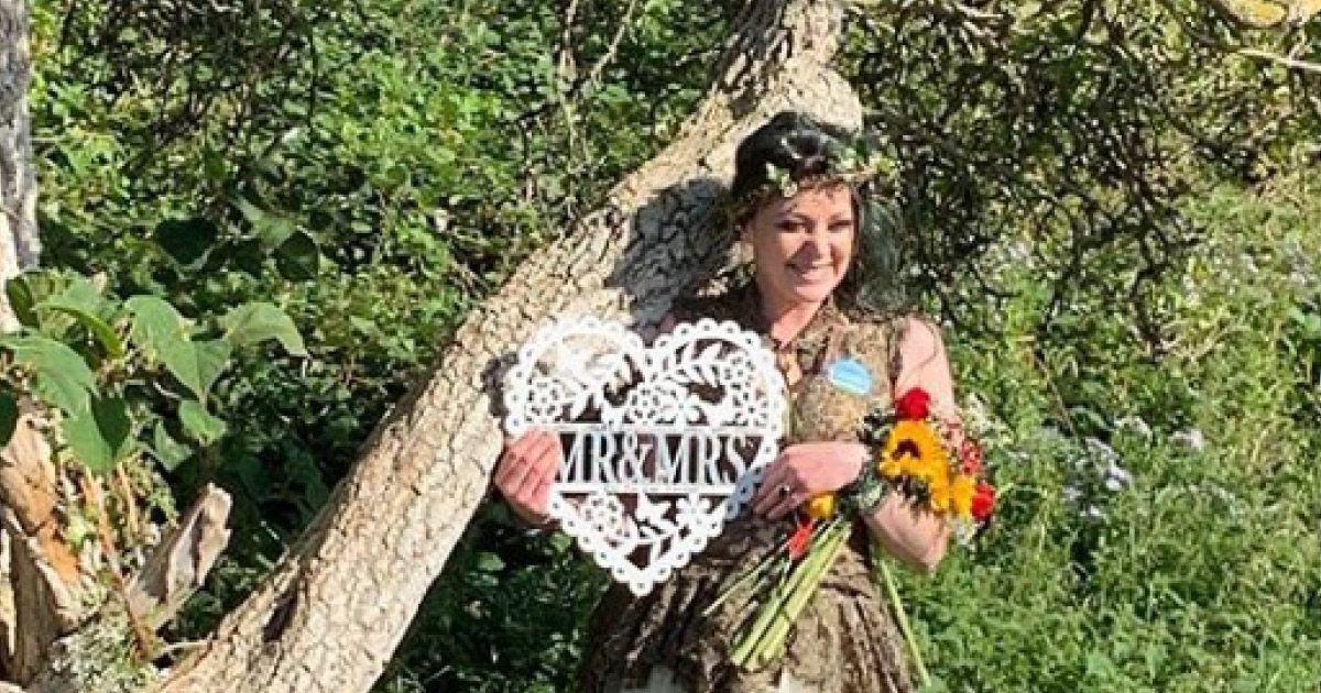 Фото Девушка вышла замуж за дерево всей своей жизни