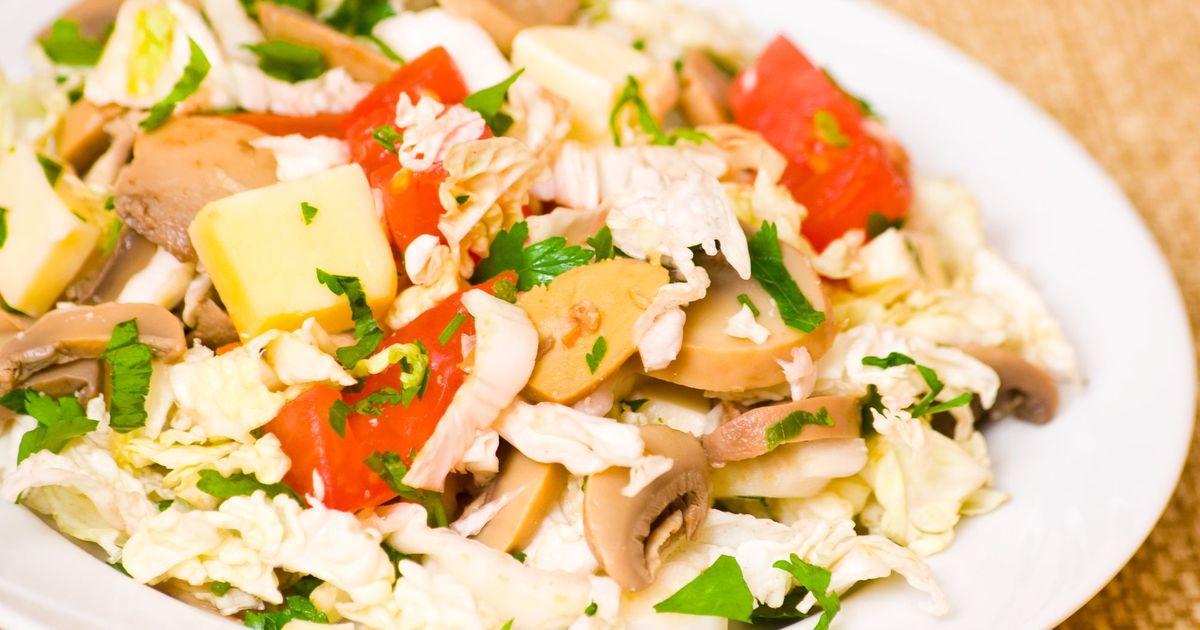 Фото Салат с курицей, грибами и овощами