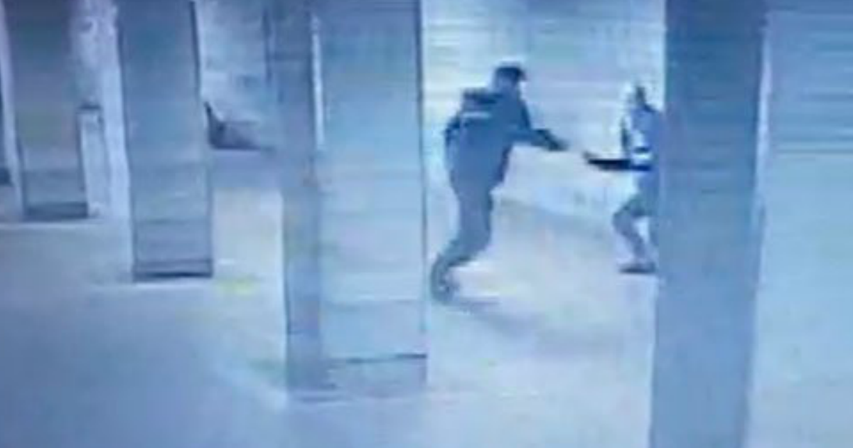 Фото Мужчина ранил полицейского в московском метро