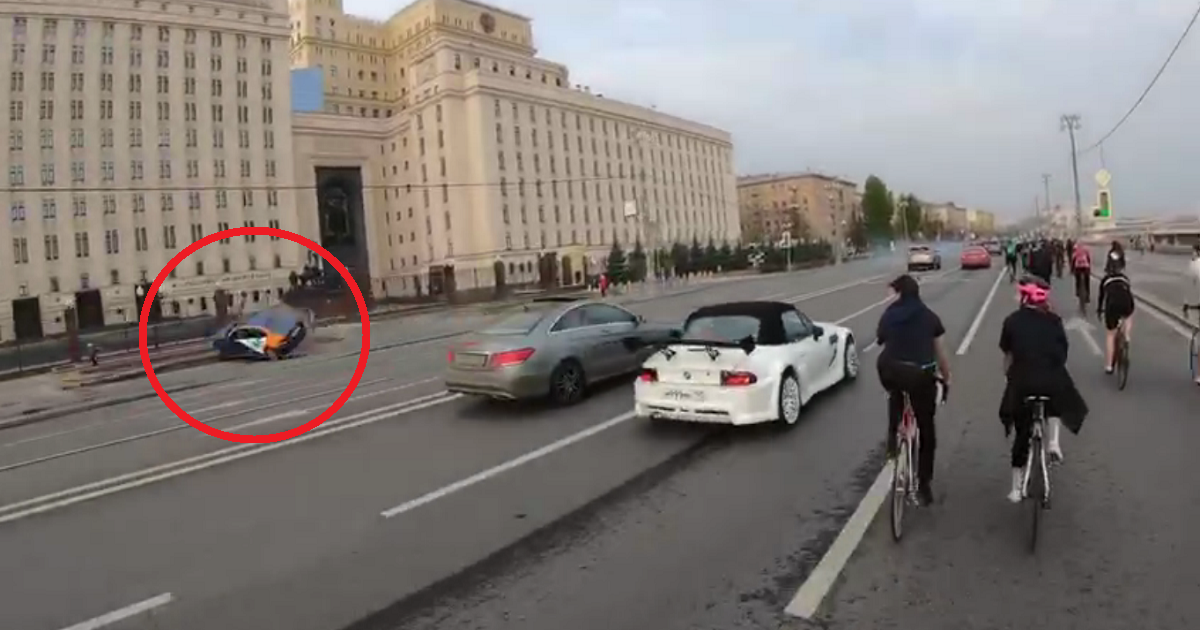 Фото Велосипедисты поймали водителя, устроившего аварию у здания Минобороны