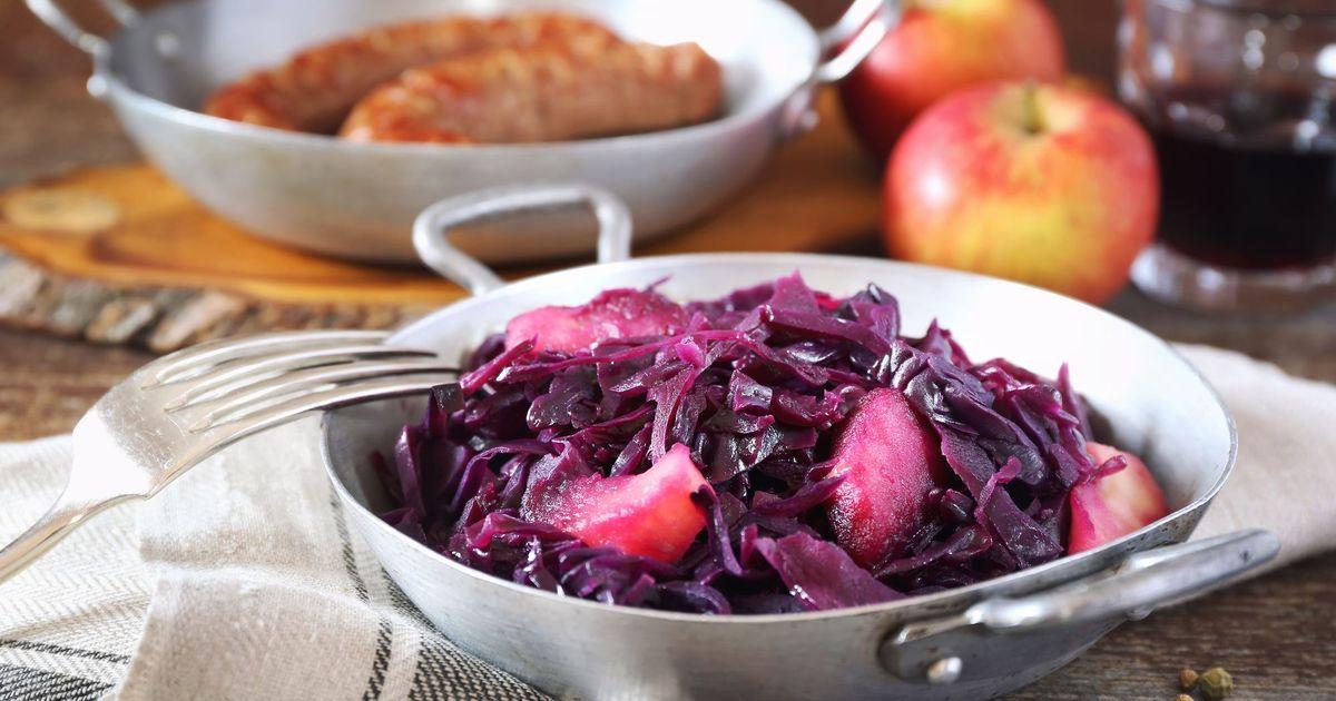 Фото Тушеная красная капуста с яблоками