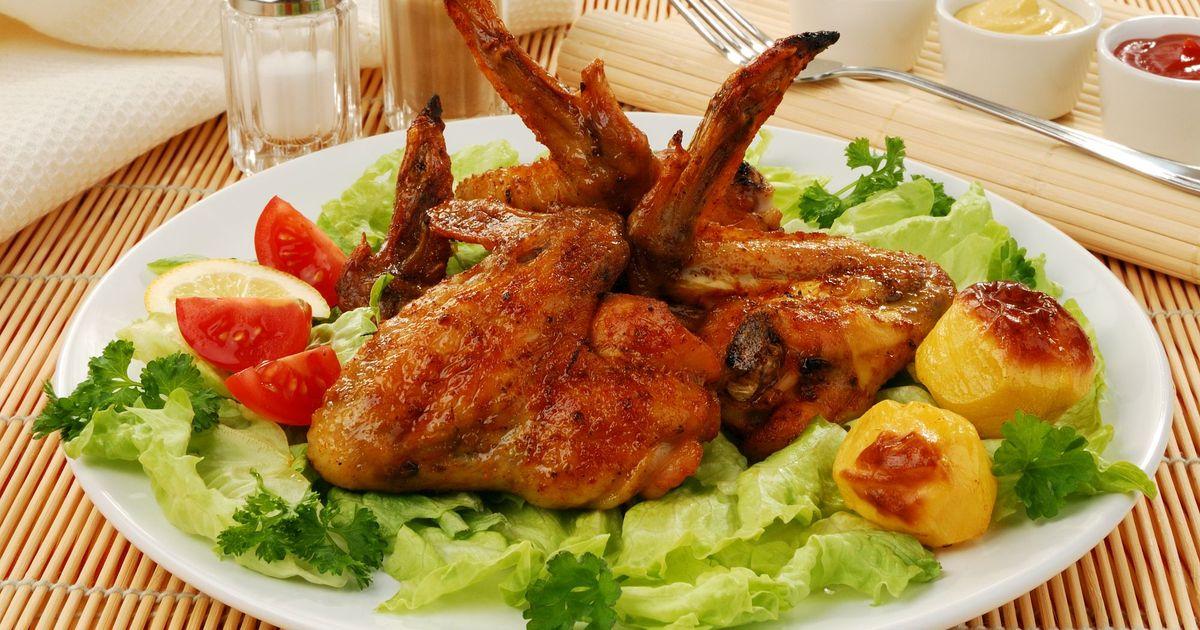 Фото Жареные куриные крылышки со свежими  овощами