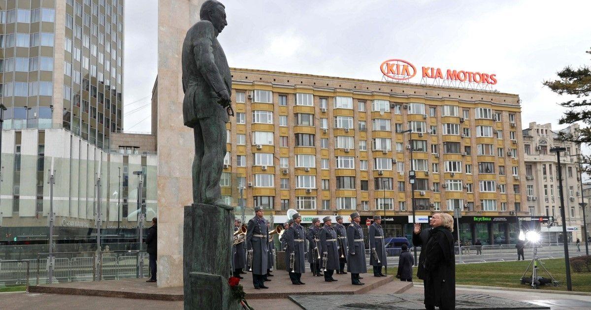 Фото Автор памятника Примакову ответил на обвинения в «уродстве»