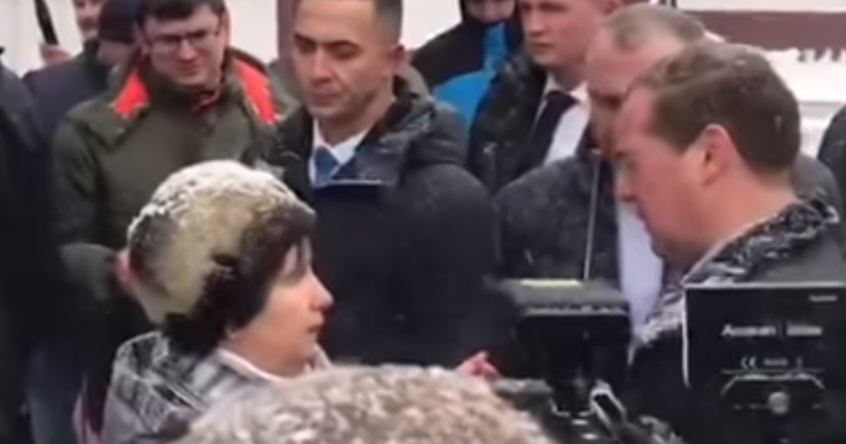 Фото Пожилая женщина с Алтая на коленях попросила Медведева о помощи