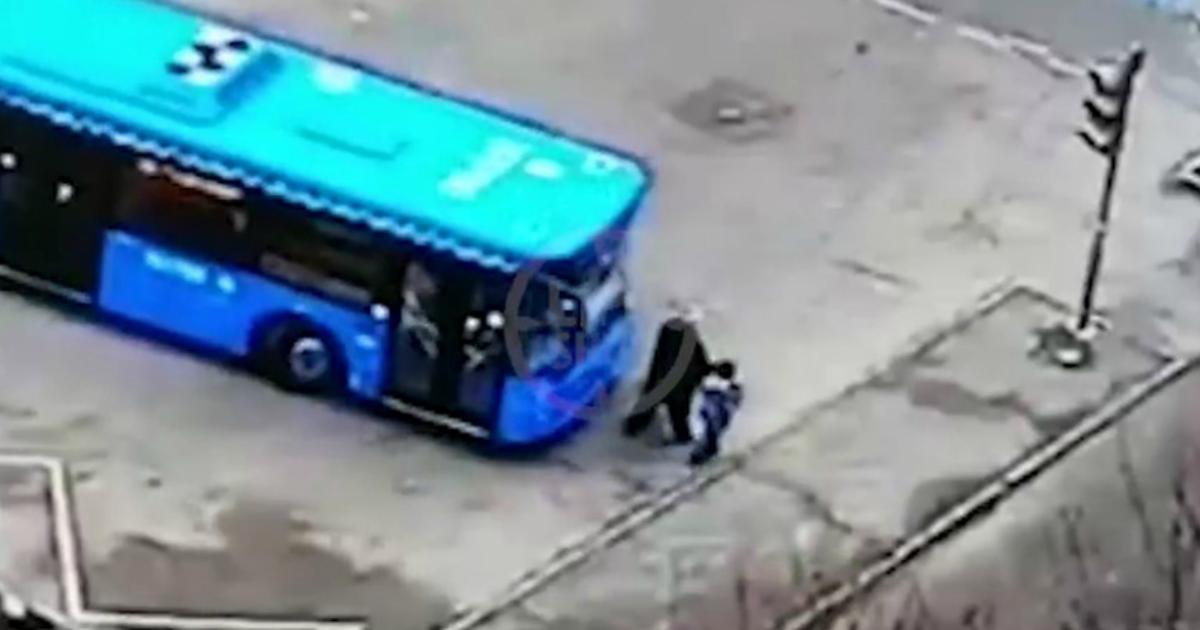 Фото Водитель автобуса задавил москвичку с ребенком на остановке из-за халатности