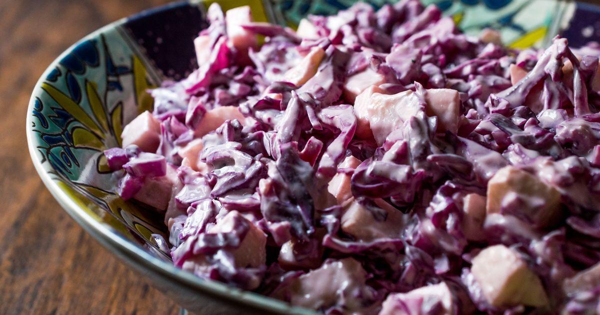 Фото Салат из краснокочанной капусты с яблоком и йогуртом