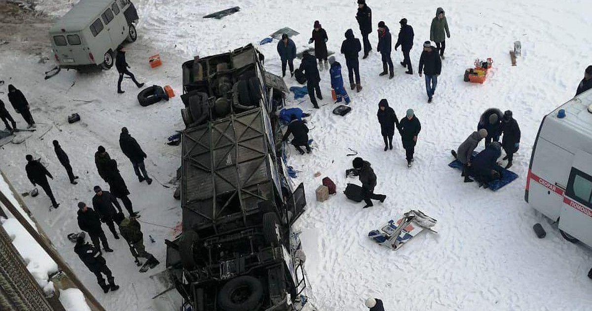 Фото Автобус с 40 пассажирами вылетел с моста в Забайкалье (ВИДЕО)