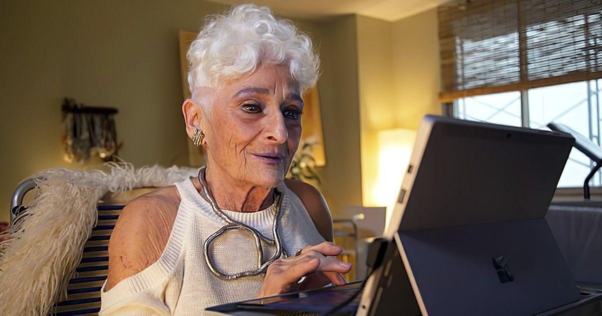 Фото Никогда не поздно: бабушка освоила Tinder в 83 года