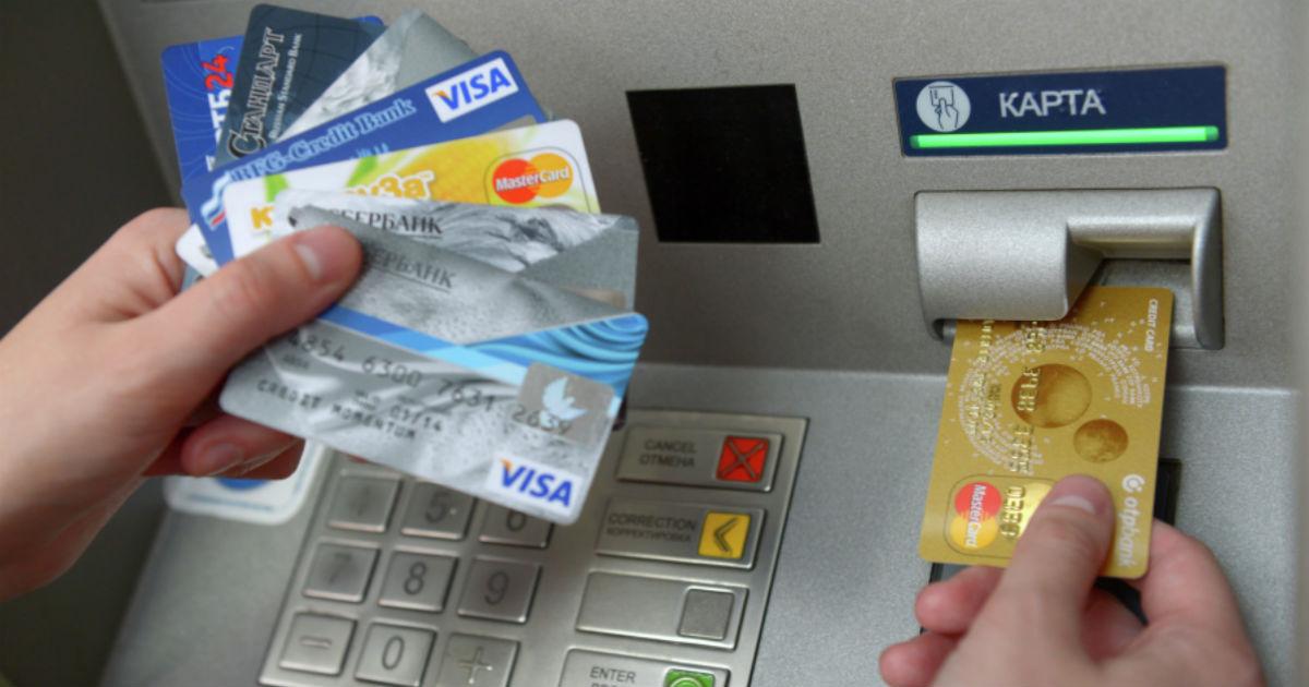 Фото Банки подсадили россиян на доходные карты. В чем подвох?