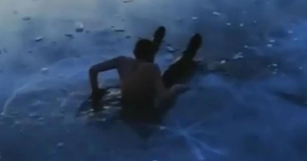 Фото Москвичи отказались спасать друга, который упал под лед на Байкале